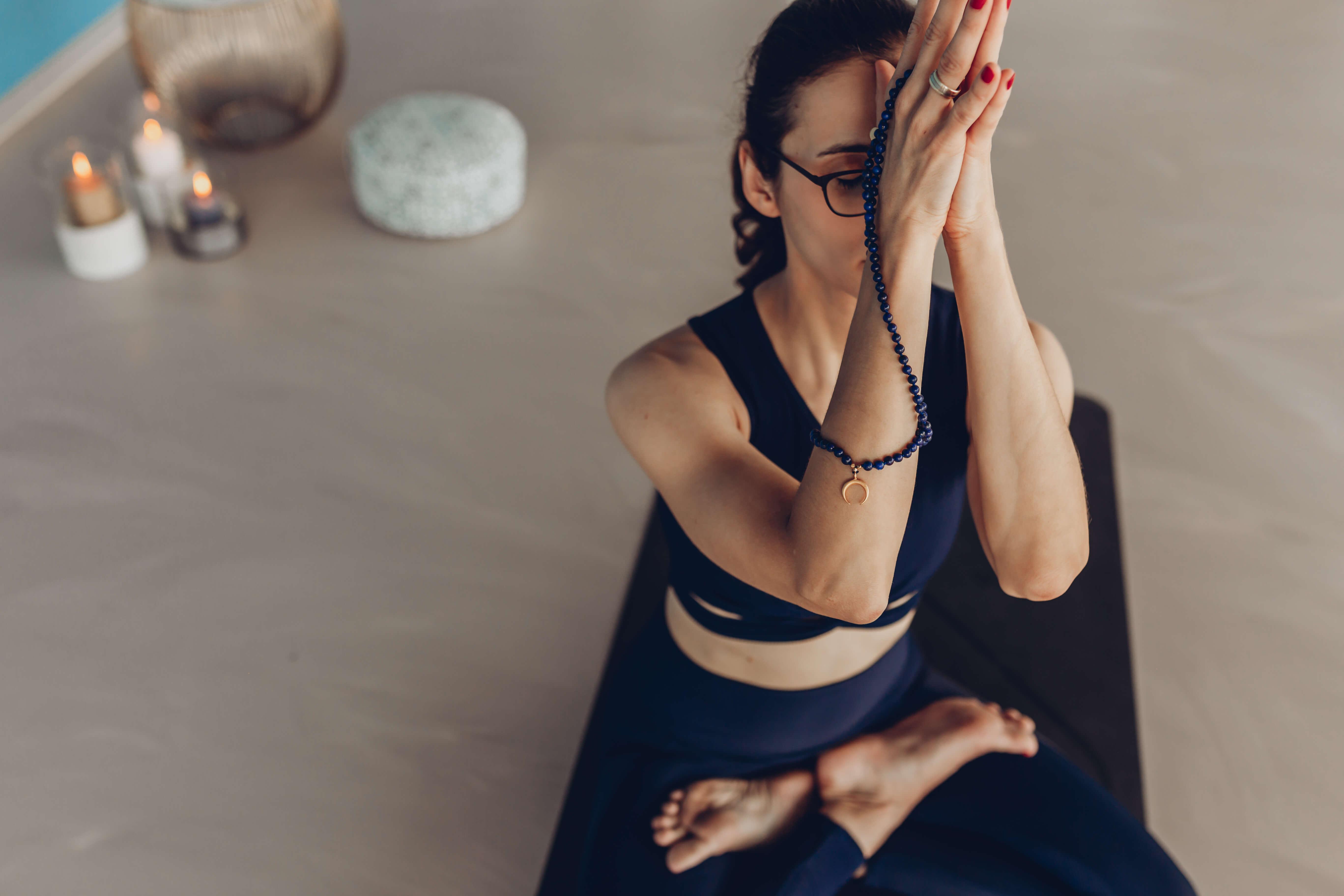 Yoga by Veronika, Namaste mit Mala Kette